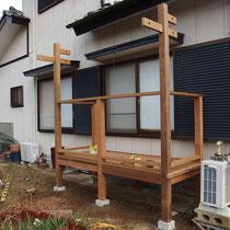 フェンスを取り付けてステップを設置すれば、間もなく完成。
