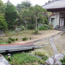 工事前、雨が降るとぬかるみがひどく歩きにくい中庭。