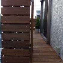 外からの目隠しも兼ねた横板フェンスで仕上げました。