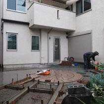 サークルのあとは大理石の縁石を施工、下地をコンクリートで作ってから貼っていきました。