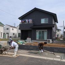 土留めのブロックを積んでから、ベテランの職人さんによるコンクリート左官工事です。