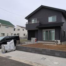 3台駐車のコンクリート舗装が出来、あとは人工芝のみです。
