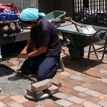 施工中、ナチュラルテイストのレンガを敷き詰めていきます。