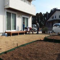 念願のウッドデッキと家庭菜園が完成。これからの季節が楽しみですね。