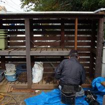 以前作成した薪棚を、用途に合わせ一部改修します。