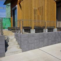 施工前、一般的な土留めとしてのブロック塀。高さがあり暗闇を作る場所でした。