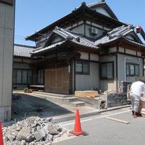 既存の石塀を解体、撤去処分するところからスタート。