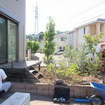 施工前、限られたお庭に樹脂製のウッドデッキと植木が占領しています。子供が安全に遊べる場所にリニューアルします。