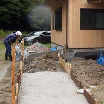 スロープの下地はブロックで土盛りをつくりコンクリートを打設します。
