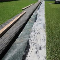 支給いただいた人工芝、背面を接着で仕上げ継ぎ目が目立たないようにします。