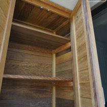 上段には棚を2段配置、壁面と天井は合いじゃくりのイタウバ材と観音扉で雨水を塞ぎます。