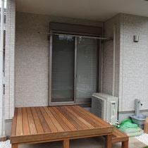 和室前の大きな縁台風に、縦方向のウッドデッキが完成です。