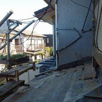 既存の腐った木材を撤去したところ、屋根勾配に合わせ束柱を斜め切断します。