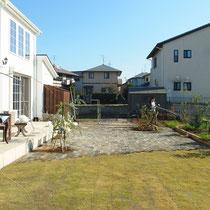 日当たりの良いお庭に、ご家族で貼られた芝生とレンガ舗装の組み合わせがナチュラルな風合いを感じます。