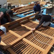 背の高いフェンスは事前に作成してきて立ち上げました。電気の配線も柱に埋め込む、大工さんと電気職人さんのコラボレーション。