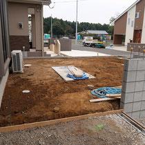 お庭の真ん中に大きな浄化槽、芝生を貼るにしてもコンクリートの平地が目立ってしまいます。今回は人工芝で蓋や舗装部分も化粧します。