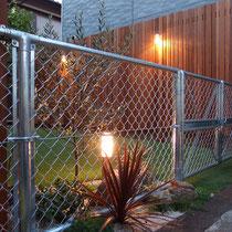 ライトアップでは植物が効果的に演出されています。背の高い目隠しウッドフェンスもシンプルさが際立ちます。