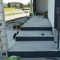 施工前、コンクリートで作られた玄関までの階段です。ここにLEDライトを設置します。