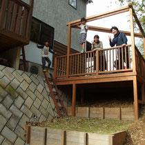 完成後の下方より撮影。段々の土留めをつくり、それぞれに菜園や子供の遊び場などわけられるようにしました。はしごも備えて遊び心が騒ぎます。
