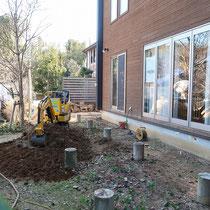 ウッドデッキが解体終了、デッキに覆われる束石は残して舗装する部分も掘削します。