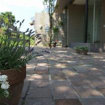 木洩れ日が涼しげなエントランス、飾るプランターや植物もセンス良く配置されています。