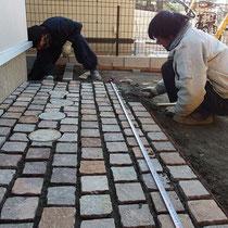 ピンコロサイズのポルフィード石を、じっくり丁寧に並べていきます。