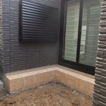 着工前。地面とタイル面の高低差があり、まず客土の盛土からスタート。