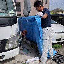 まずは解体作業から。お隣の自動車を傷つけないように養生しながらの作業となります。