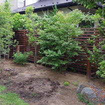 新緑も美しく映える素敵な木製のイタウバフェンスです。