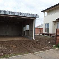 着工時のガレージ前はぬかるみ土壌、ようやく泥で汚れるタイヤともお別れですね。