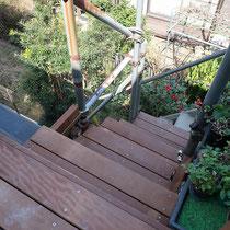 古い階段板も撤去し、既存の単管を生かしてイタウバの階段板をかけました。