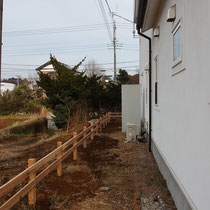 建物外周は、横2段のサイプレスフェンス。高さは600mm程の簡易な牧歌風フェンスです。