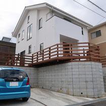 完成写真。駐車状の天井高さを確保しつつ、安全に中庭に通じるデッキとフェンスを作りました。