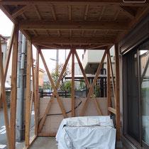 筋交いや厚い梁材を入れて構造を強化しています。