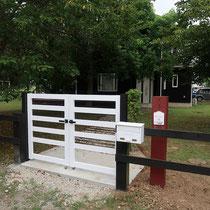 完成した木製門扉、真っ白な風合いが印象的です。