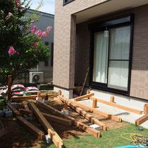 デッキを作成する場所の芝生を撤去し、準備してきた構造材を運び込みます。