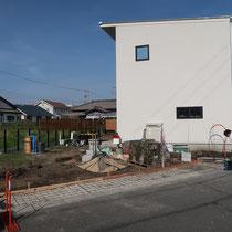 アプローチ横は縦列駐車として使用する部分、幅1mだけコンクリートを打設し残りは砕石舗装です。