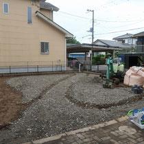 石張りの基礎に砕石転圧、人工芝の基礎にも砕石を入れました。