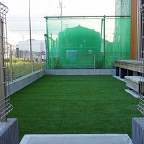 人工芝は継ぎ目を背面より接着固定。敷地の形に合わせ切断します。