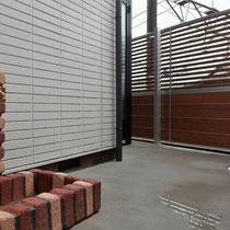 スッキリとした建物外周と程よく目隠しされたフェンスで、庭が広くなりました。レンガ調のかわいい立水栓も取付。