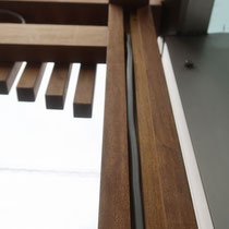 照明器具とインターホン設置用に、柱材には掘り込みをして配線を納めます。