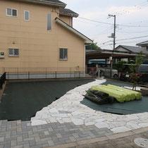 人工芝と砂利敷の下地には、雑草防止シートを敷設します。