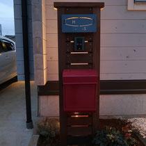イタウバの門柱、夜のライトアップで光が差し込む表札がポイントです。