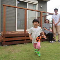 2回に分けて施工したお庭がついに完成!デッキがあるとお庭を活用する機会が増えて、家族の団らんが楽しめますね。