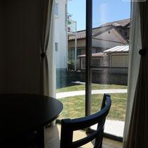 お部屋から見える菜園側のお庭、芝生のグリーンにサークル状の舗装が美しいですね。