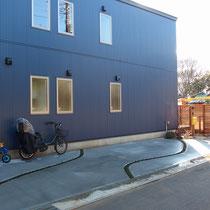 2台停められる駐車場には、目地に隙間をあけてタマリュウを植えました。