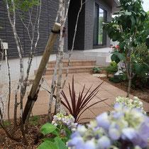 平板を45度に配置する事で、細長いお庭に変化が生まれ広がりを感じるようになります。