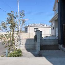 側面からみた完成写真。積上げた門塀ブロックがバックヤードの目隠しも兼ねており、裏通路に繋がる入口もできました。