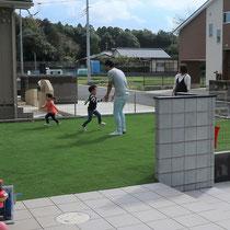 お庭ではしゃぎまわる子供達、せっかくの広い敷地をメンテナンスフリーで有効に活用できるよう、人工芝で仕上げました。