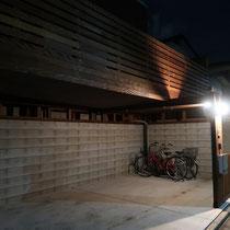 夜のライトアップには効果的に振り分けた3つの照明が自動点灯。防犯面を考慮したデッキの下を照らす明かりが予想以上に効果的でした。